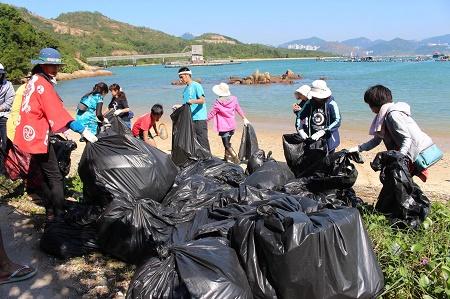 日本人32人が香港に訪れ大量のゴミ掃除
