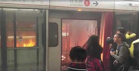 地下鉄車内で焼身自殺か?19人が負傷